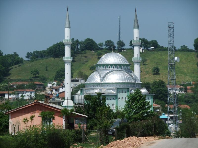 Moschee in einem Dorf an der Strecke
