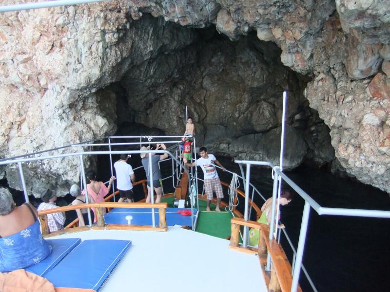 mit dem Boot nahe an den Felsen