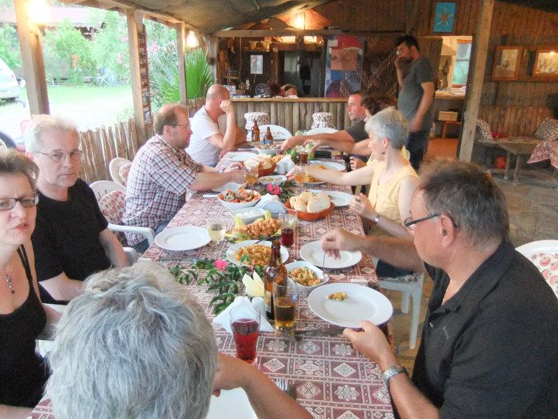 Essen im urigen Street-Cafe